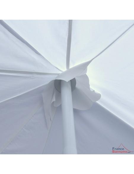 Notre tente de réception OCTOGONALE est équipée d'une bâche de renfort au niveau des mâts afin de protéger la bâche de toit