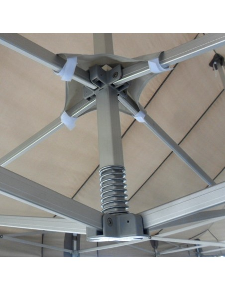 Le pied de mât de nos barnums Alu Pro 45 Luxe est équipé d'une bâche anti-pincement pour préserver la bâche de toit